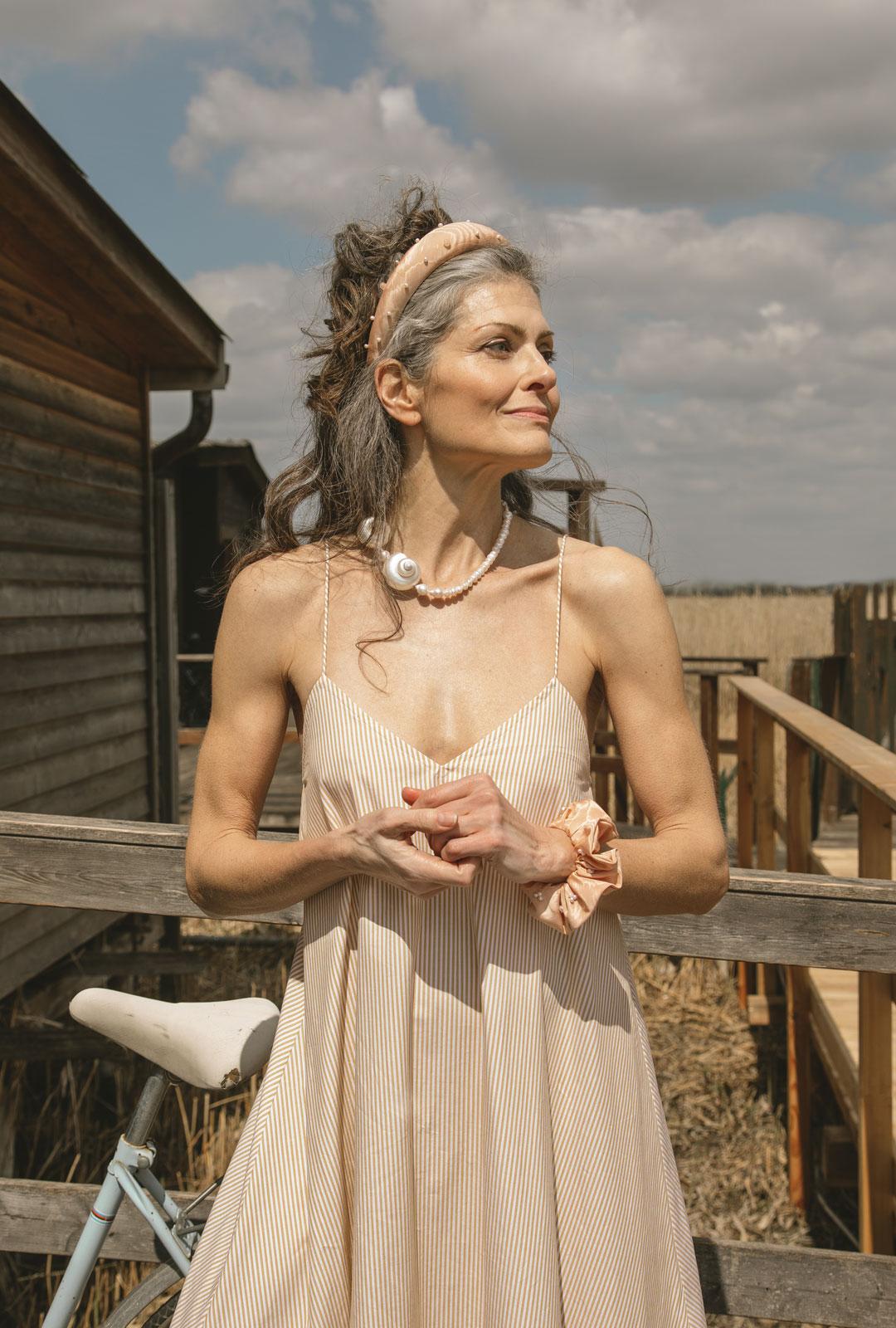 Model mit Lara Lici Haarreifen und Kette