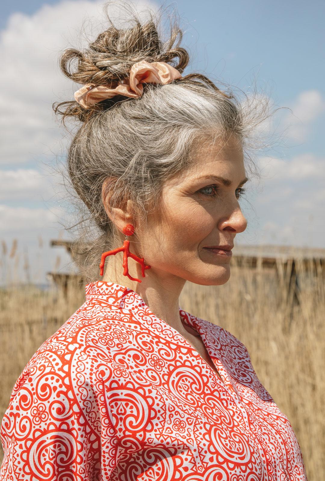 Model mit Ohrringen Alisa in Orange, Breit