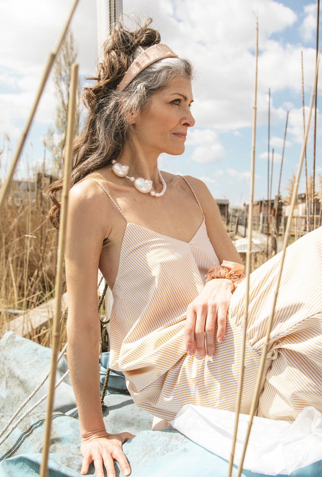 Model mit Lara Lici Kette und Haarreifen