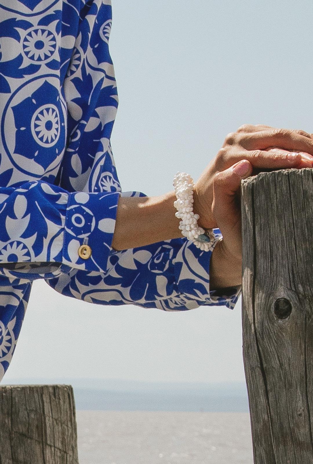 Model mit Armband Mare in Blau