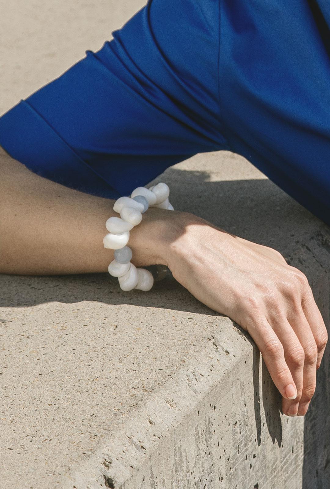 Model mit Armband Tara in Hellblau