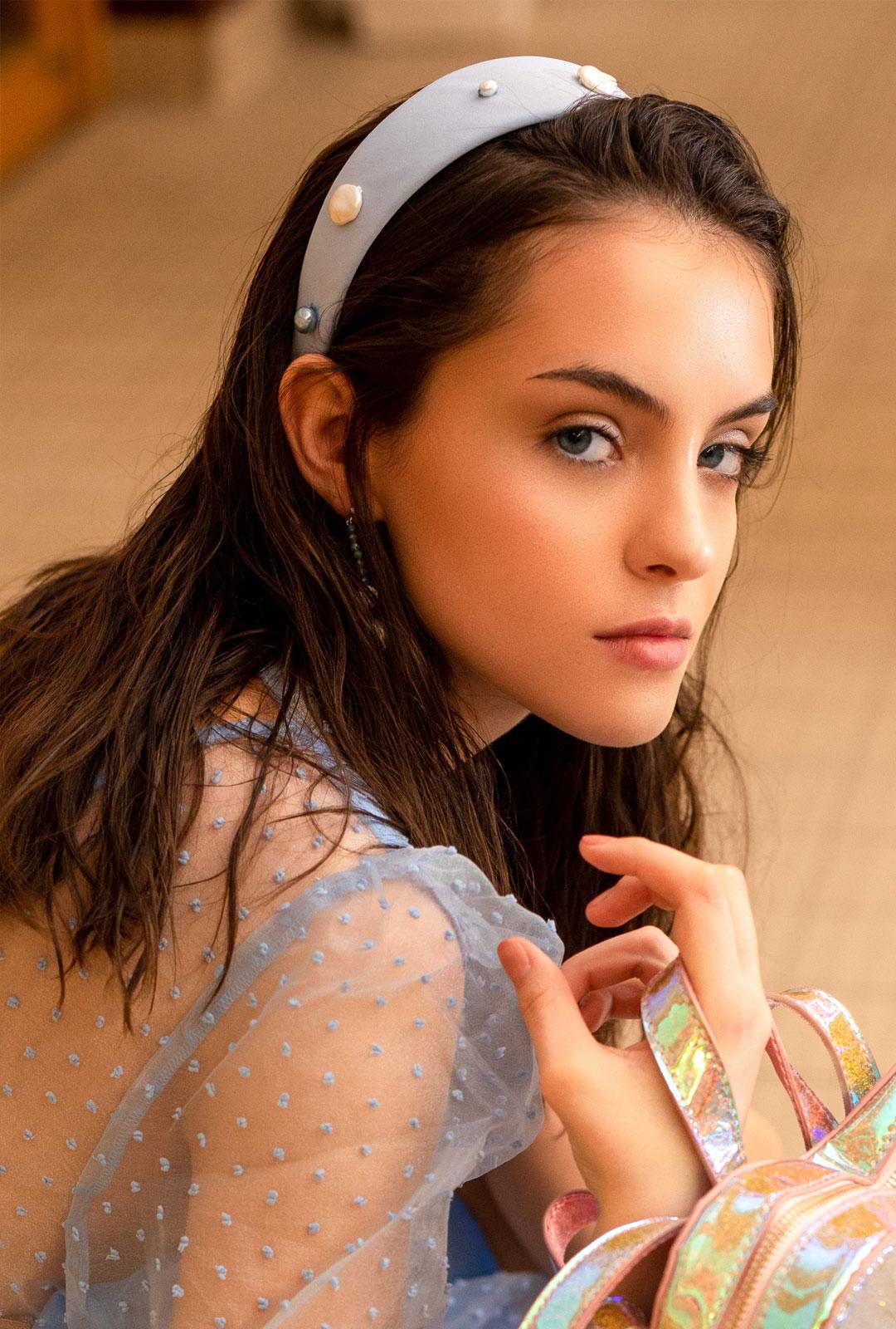 Model mit Haarreifen Charlene in Hellblau