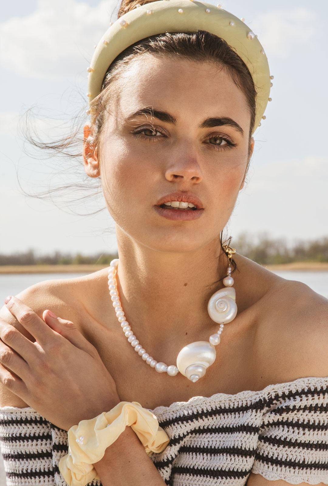 Model mit Lara Lici Kette und Haarschmuck