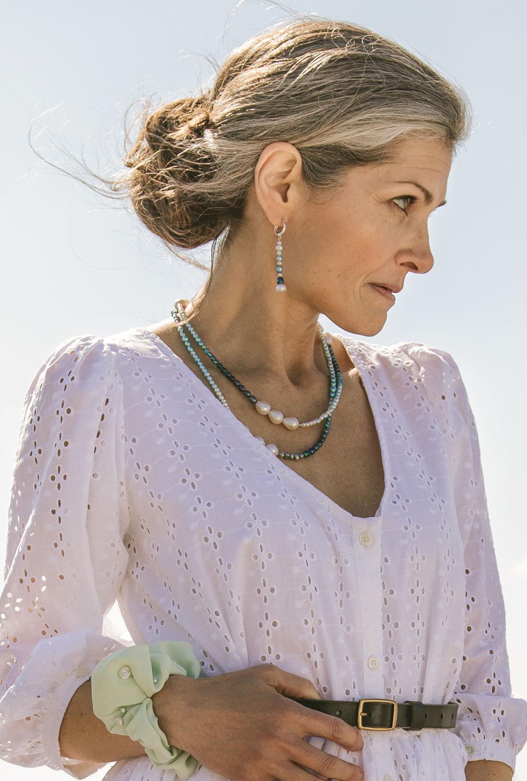 Model mit Lara Lici Ketten und Kreolen