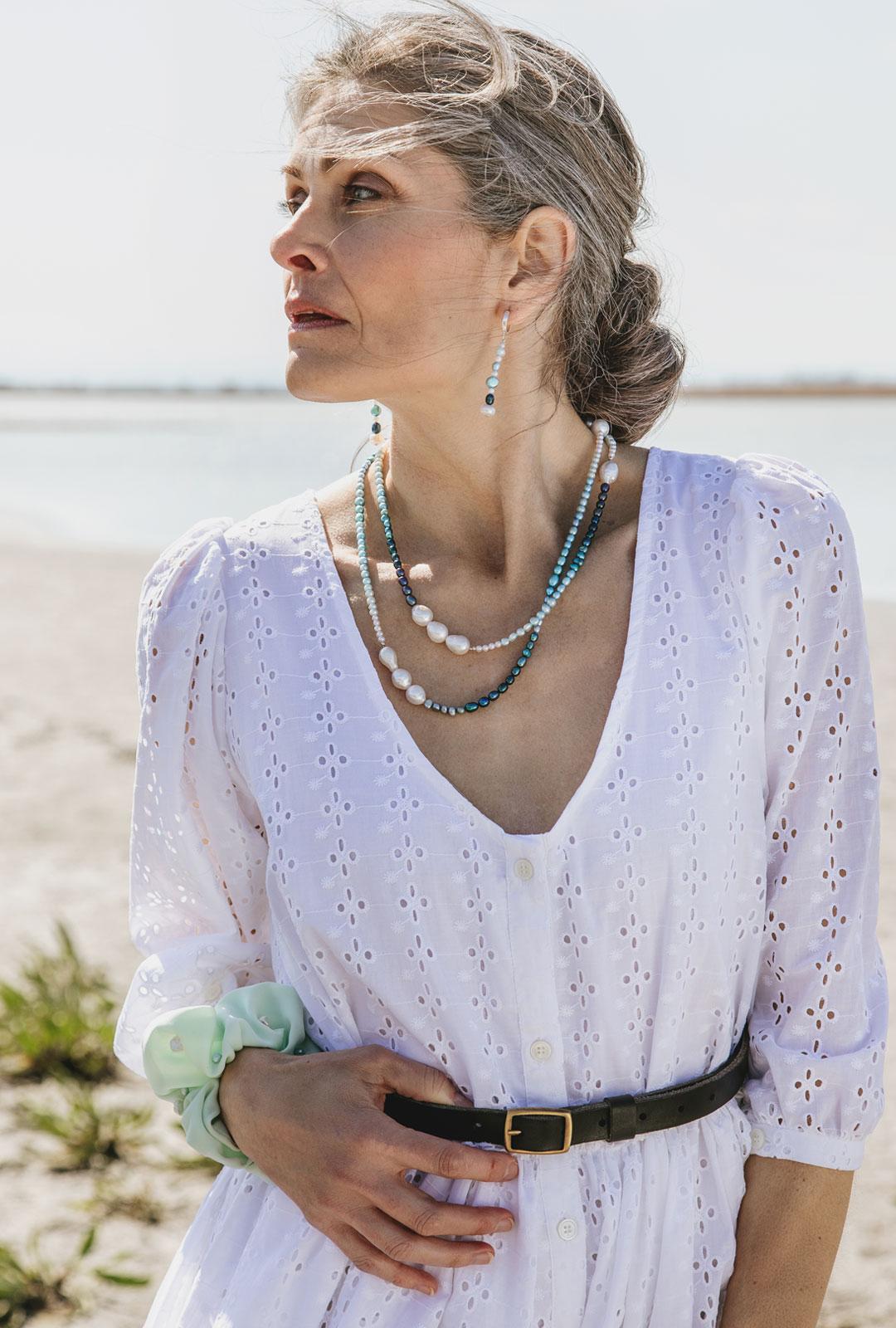 Model mit handgemachten Lara Lici Ketten und Kreolen