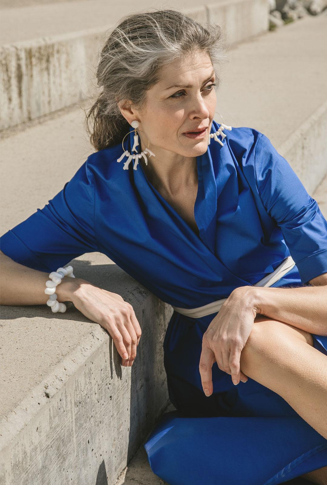 Model mit Kreolen Veronique in Weiss