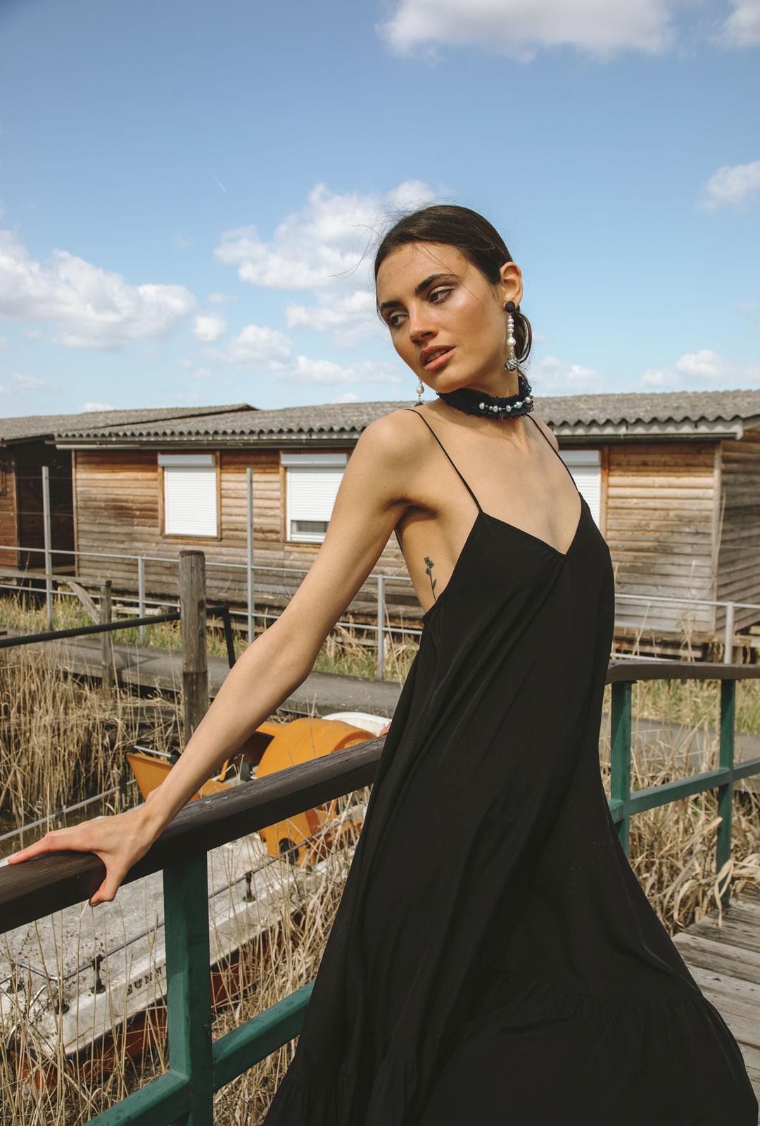 Model mit Lara Lici Kropfband und Ohrhängern