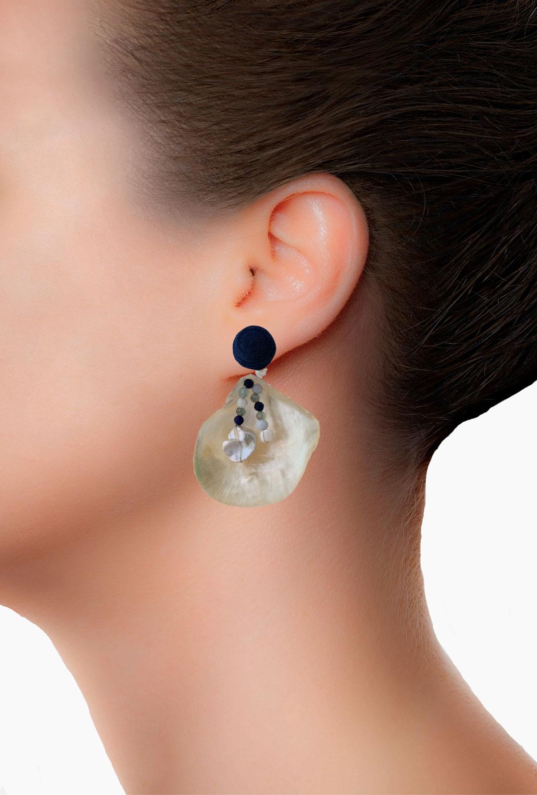 Model mit Ohrringen Gioia in Dunkelblau