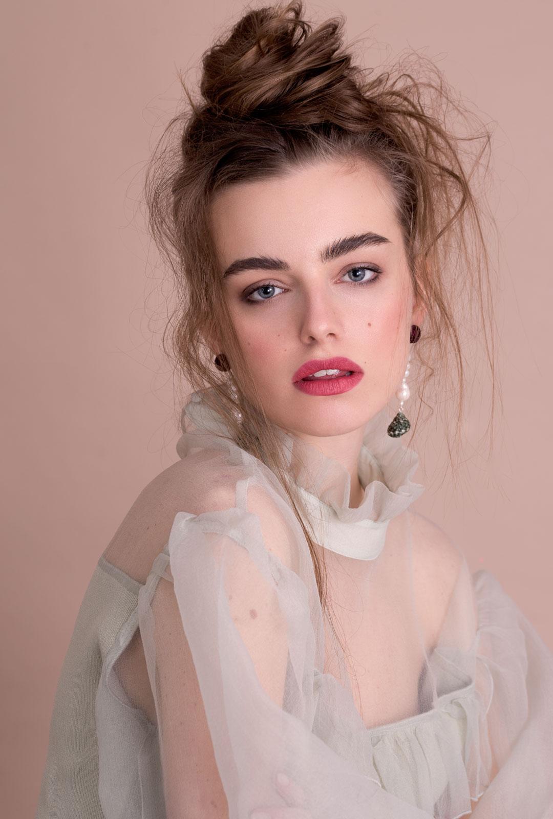 Model mit Ohrhängern Amalia in Bordeaux