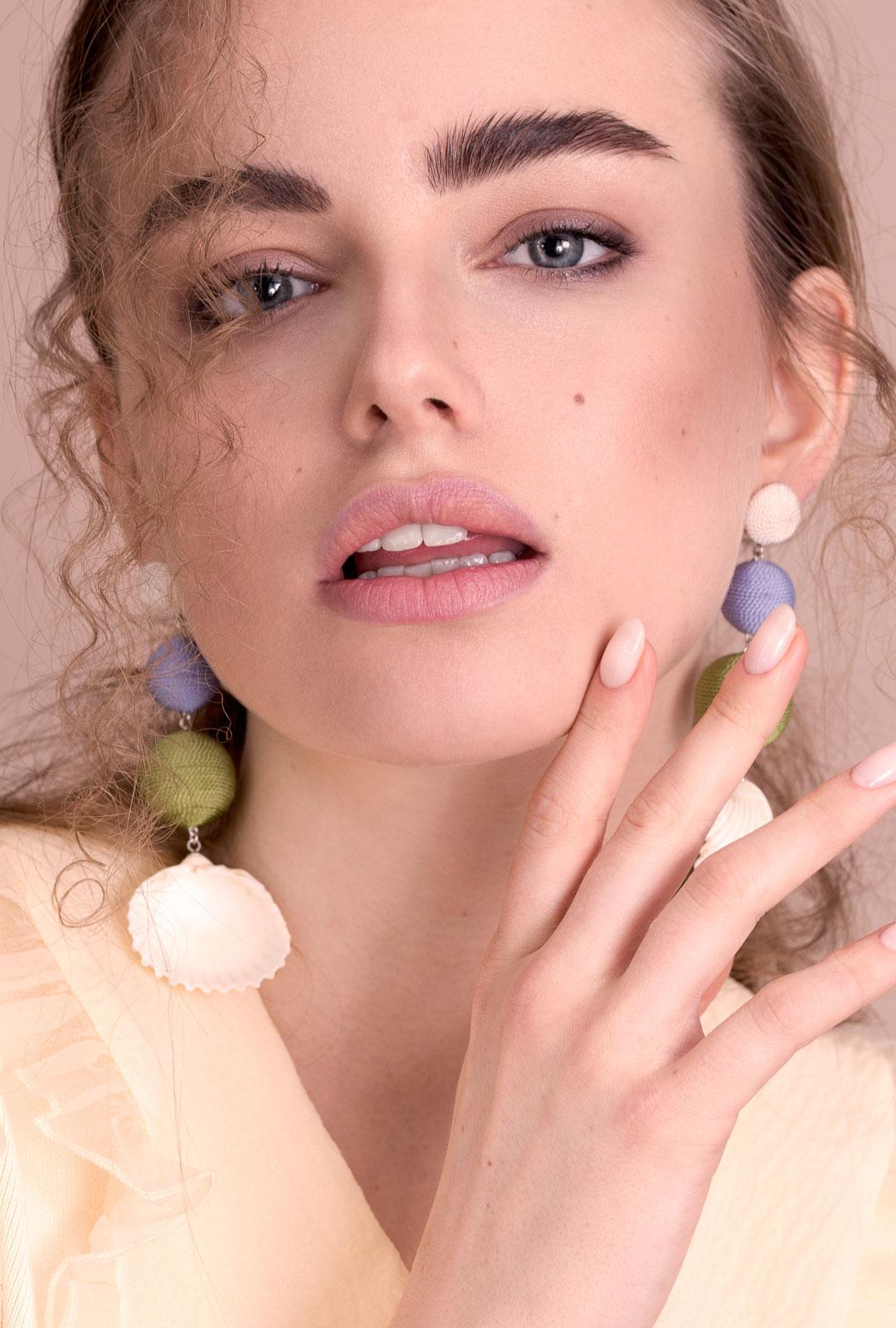 Model mit Ohrhängern Sally in Grün / Lila