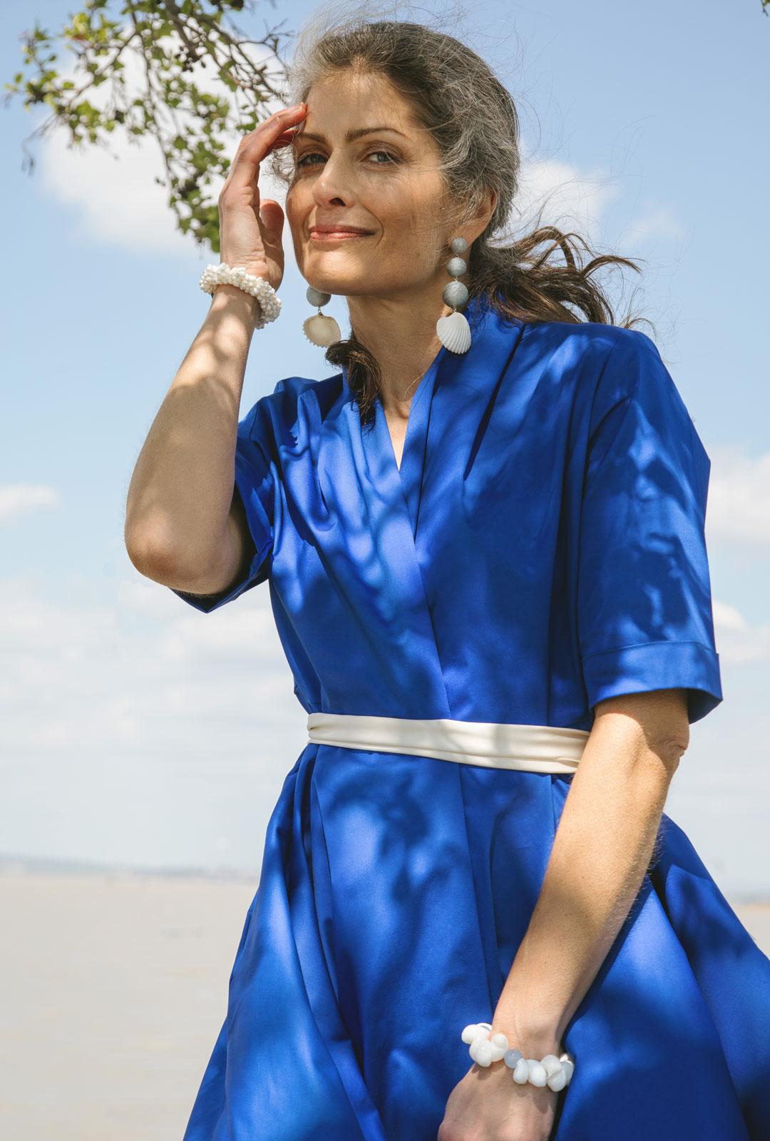Model mit Lara Lici Ohrringen und Armbändern