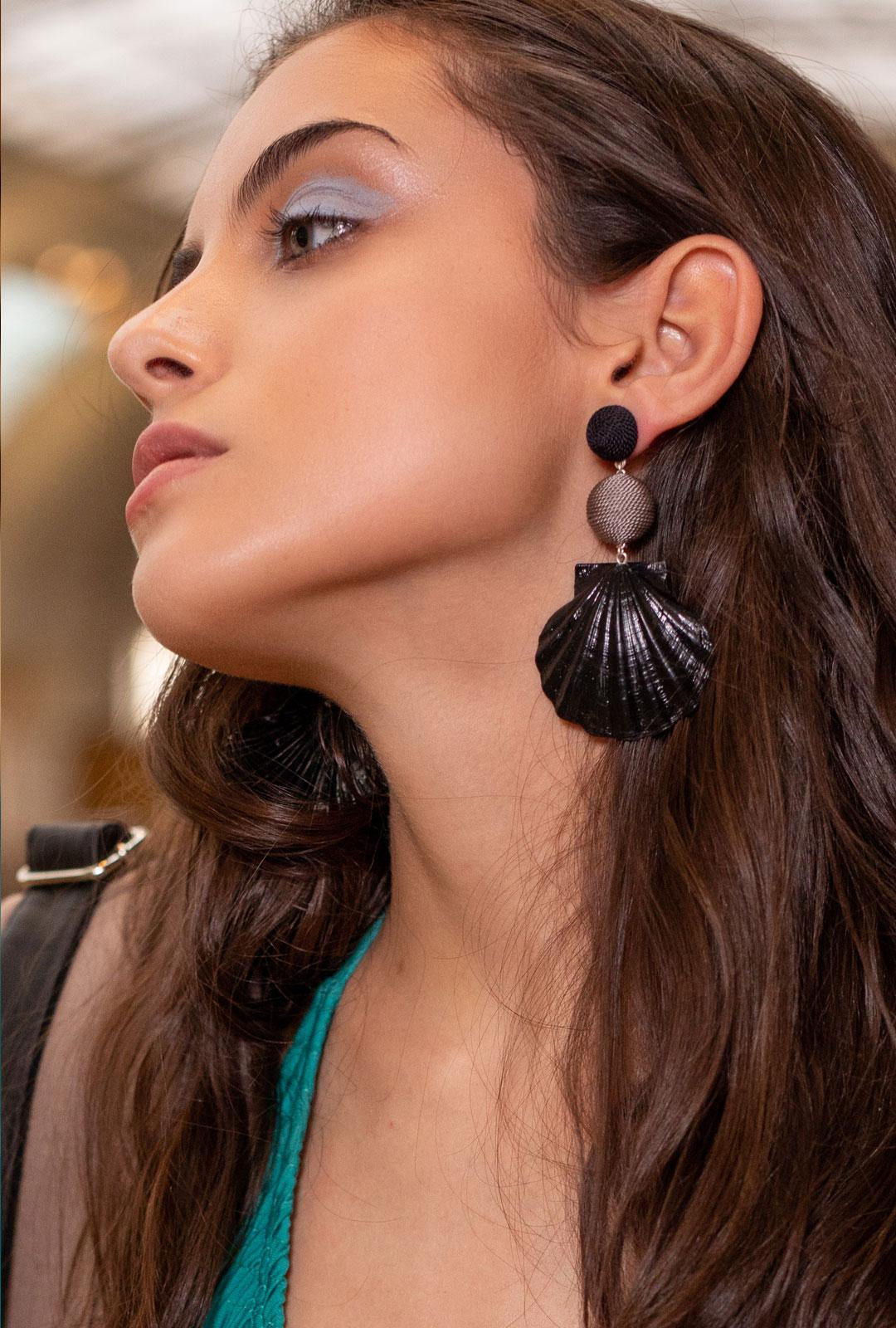 Model mit Ohrringen Tessa in Schwarz