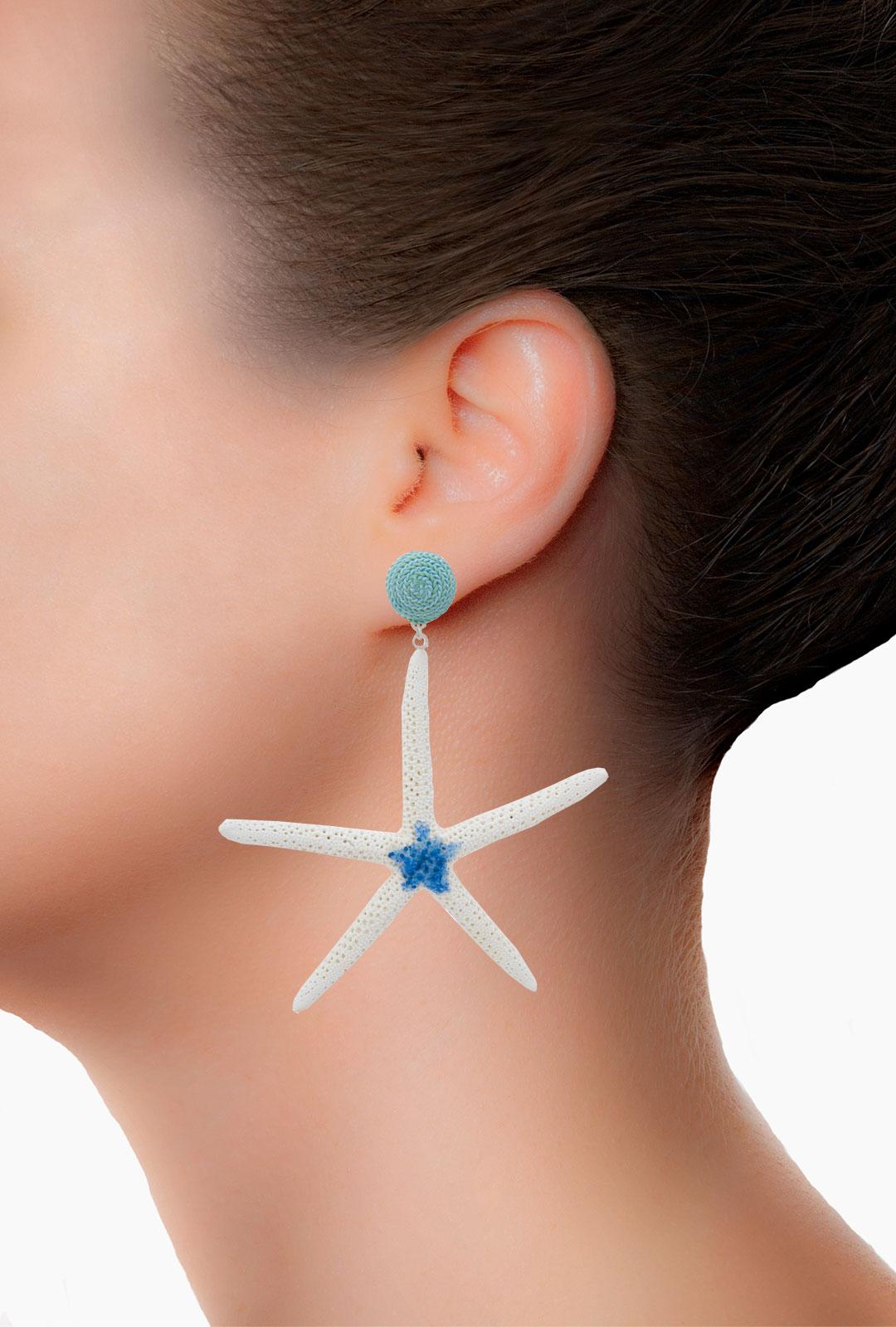Model mit Ohrringen Yuna in Mint